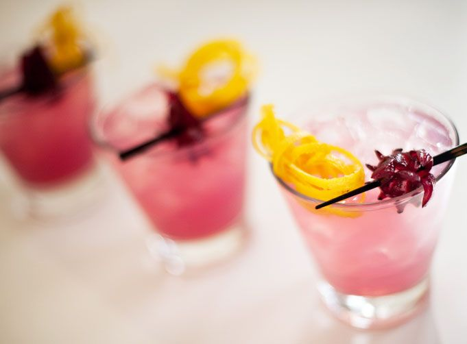 How cute are the garnishes on this Hibiscus Lemonade Cocktail. They're surprisingly easy- and the drink is SO good. | Rue