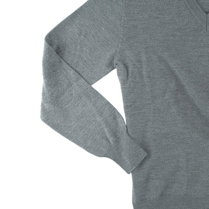 dettaglio manica con toppa in tono, maglia modello MICHELANGELO, colore grigio, disponibile nelle taglie M-L-XL-XXL, lana merinos extra-fine, 100% made in Italy