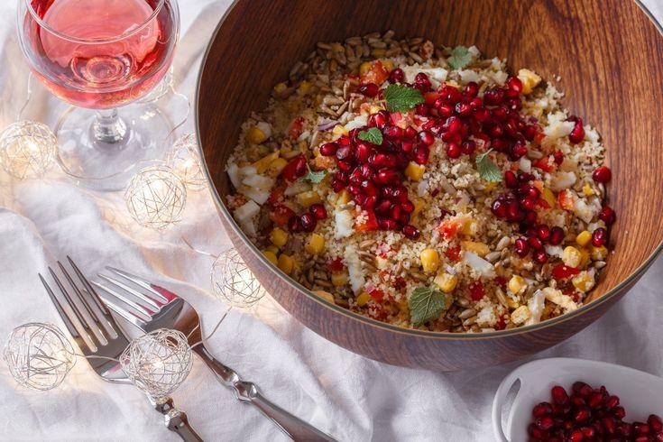 Luxusně vypadající kuskusový salát s granátovým jablkem servírujte k pečené krůtě, ke kachním prsům na medu i k studeným masovým nářezům. Jíst ho můžete ale i samostatně.