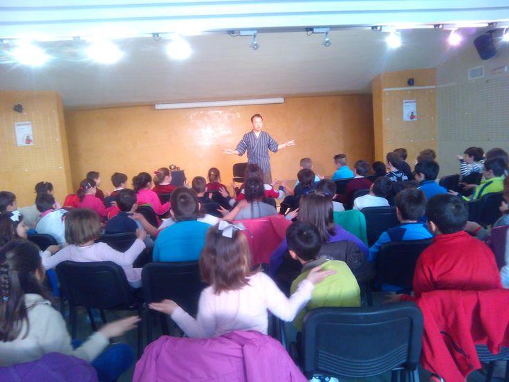 """Sesión de narración infantil para alumnos de Primer Ciclo de Educación Primaria con Yoshi Hioki en Montijo (10-03-2015). Dentro del Plan de Fomento a la Lectura """"Un libro es un amigo"""""""