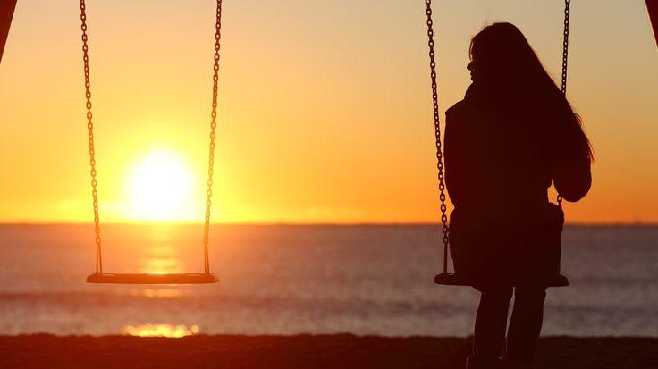 Одиночки путешествуют больше😜  Facebook IQ опубликовал http://edtr.ru/2jOi3Mw исследование, где рассказал, что после разрыва💔 с партнером «новые одиночки»:  1) становятся на 40% более социально активными🎉🎊💃🕺, 2) пишут о своем «оздоровлении», «детоксикации», «свободе» и пр., причем мужчины начинают изливать свою душу раньше 😎, зато женщины продолжают дольше 😭, 3) на 25% больше путешествуют✈️🌴🚂🏄🌊!  Трэвел-терапия оказывается намного эффективней шоппинга: только 31% опрошенных…