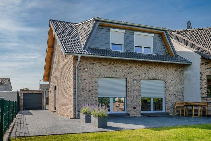 Ideal Moderbes Klinkerhaus bei traumhaften Wetter Ausgestattet mit hochwertigen Fenstern sowie Aufsatz und Vorbaurolll den