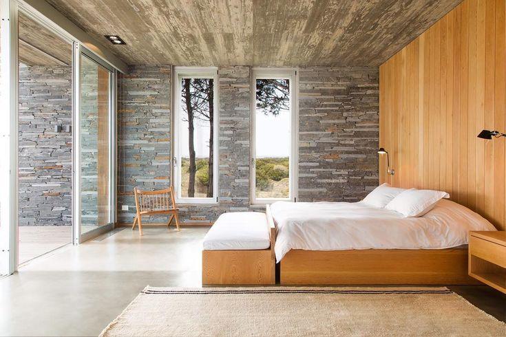 Com vista para a paisagem litorânea de Punta del Este, no Uruguai, o quarto projetado por Martin Gomez Arquitectos apostou na pedra e no concreto para criar uma base neutra e repleta de texturas. Adoramos! Foto: Daniela Mac Adden.