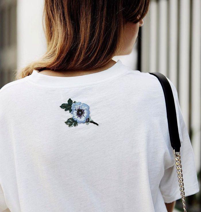 On n'hésite pas à piquer à Gucci l'idée de la fleurette brodée au dos d'un tee-shirt blanc ! (photo Talisa Sutton)
