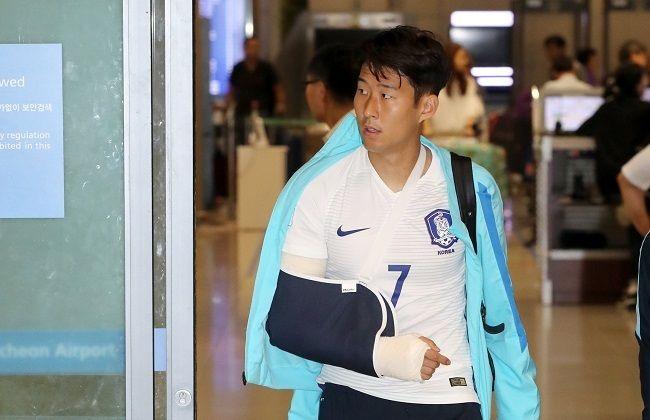 Ο Χιούνγκ-Μιν Σον, που υποβλήθηκε πρόσφατα σε χειρουργική επέμβαση για τον τραυματισμό που υπέστη στο δεξί του χέρι κατά την διάρκεια της ...