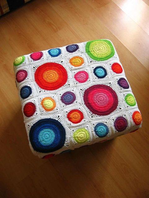 Banquito con almohadon de circulos en crochet