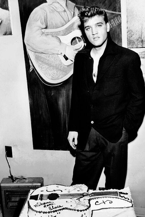 Elvis at Graceland, March 7, 1960.