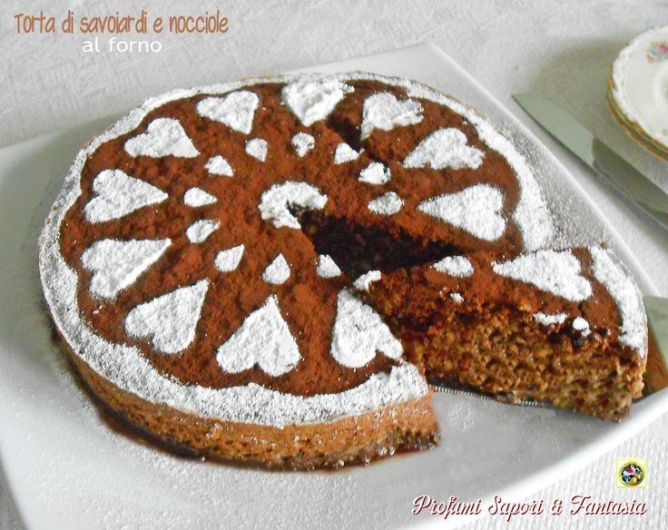 La torta di savoiardi e nocciole al forno è priva di farina e lievito nell'impasto. Squisitamente morbida si puo' definire anche un dolce al cucchiaio.