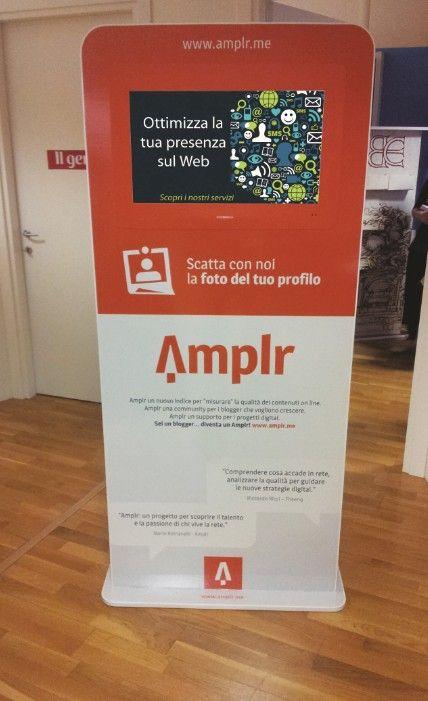 """Locandina Multimediale """"Amplr"""" realizzata in materiale ecodurevole con grafica personalizzata, e utilizzata per spiegare in maniera dinamica e multimediale il nuovo progetto rivolto ai blogger e a coloro che scrivono per il web e che vogliano contribuire a descrivere uno standard per la misurazione della qualità dei contenuti online."""