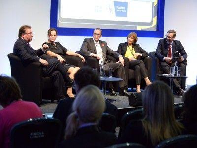 Participanţii la dezbatere despre wellness. De la stânga la dreapta, Steve Dunne, Stella Photi, John Bevan, Anne Biging şi Franz Linser.