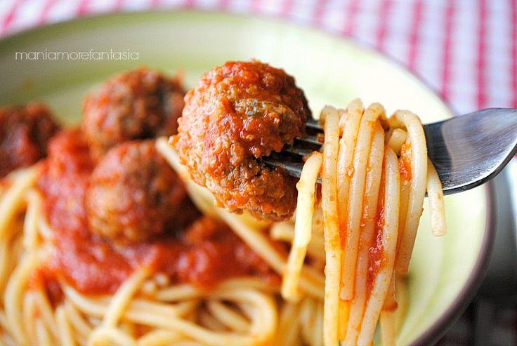 spaghetti con le polpette, spaghetti with meatballs di Lilly e il Vagabondopaghetti con le polpette  Ingredienti per 4 persone  spaghetti, 350 g   carne macinata, 250 g (anche mista con maiale)  caciocavallo grattugiato, 50 g  pangrattato, 70 g  aglio tritato, 1/2 spicchio  menta tritata, un cucchiaino colmo  uova grandi, 1   latte, 100 ml circa  sale e pepe, q.b  olio per friggere  salsa di pomodoro pronta, 750 ml  aglio, uno spicchio  olio extravergine d'oliva