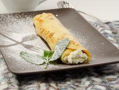 Für die Palatschinken mit Topfenfülle zuerst den Palatschinkenteig zubereiten. Dazu die Eier aufschlagen und sie mit dem Mehl, der Milch und einer