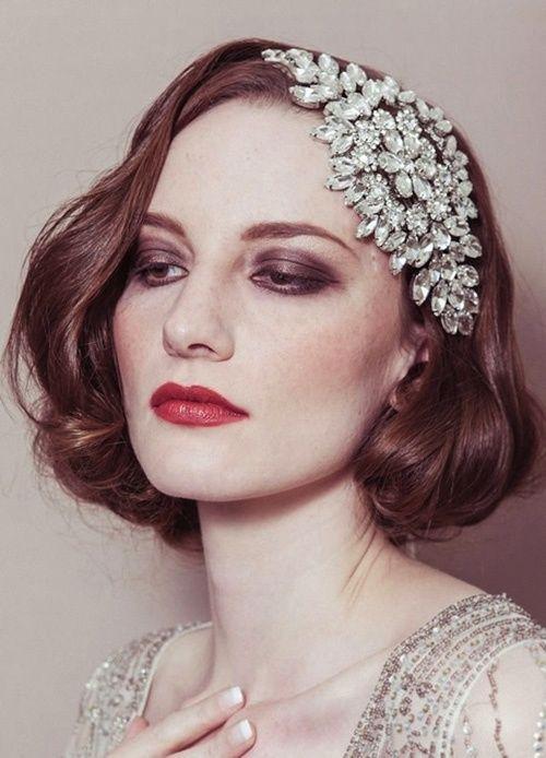Sposa con i capelli corti, caschetto medio con onde in stile vintage con decorazione preziosa laterale di strass