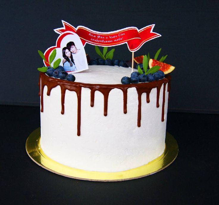 Чтобы сделать ваш подарок особенным и запоминающимся🎁, иногда просто достаточно добавить поздравительную надпись на торт! 💌  К заказу доступны топперы как на плотной глянцевой бумаге, так и съедобные на сахарной бумаге или мастике. А внутри этого 2-х килограммового красавчика спрятался сочный пряный морковный торт 😋🎂🎉