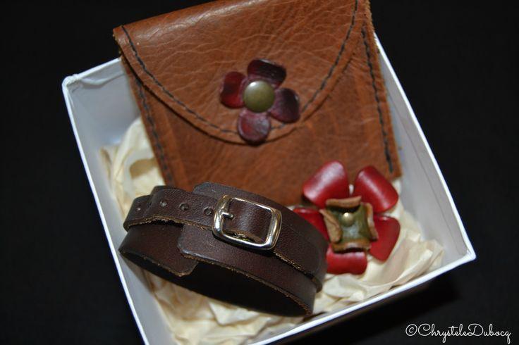 Tout en cuir! Le bracelet, la bague et le porte monnaie, vous allez être au top pour les fêtes.