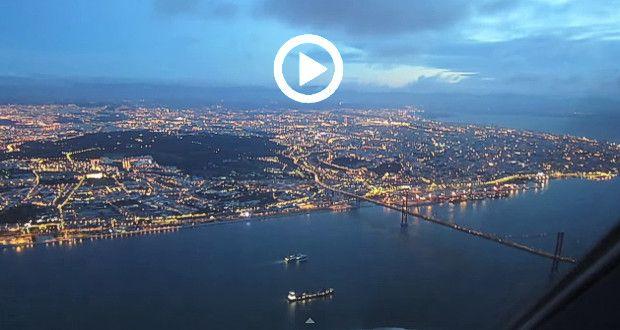 Vista de Lisboa a partir do 'cockpit' do A330-200, durante a aproximação e aterragem no Aeroporto de Lisboa - Portugal. E queriam (os nossos políticos) trocar este aeroporto por outro a 40 Km daqui!!? Muitos parabéns ao traveller320, pelo excelente vídeo! Música de Pat Metheny Group