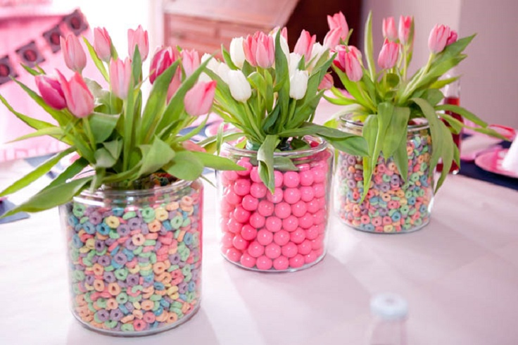 Love this idea for table decor: Place 1 vase inside another -> fill gap with candy, etc. -> fill inner vase halfway with water -> secure flowers with rubber band -> place inside inner vase.