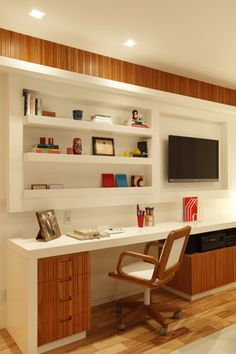 Painel com espaço para TV e mesa de estudos