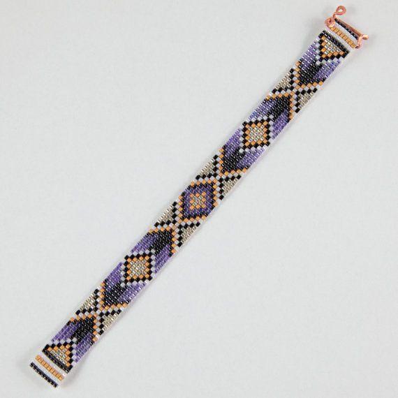Deze paarse pijlen Bead Loom armband werd geïnspireerd door alle mooie Native en Latijns-Amerikaanse patronen die ik zie om me heen in Albuquerque, New Mexico. Zoals met al mijn stukken, heb ik het op een weefgetouw kraal met grote zorg en aandacht voor detail gemaakt.  BELANGRIJKE opmerking: Gelieve te meten uw pols zorgvuldig door voordat u de plaatsen van de orders, zodat een goede pasvorm. Deze armbanden zijn niet verstelbaar.  De kralen gebruikt in dit stuk zijn mijn favoriet - glas van…