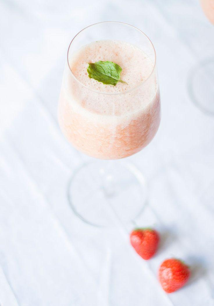 [ Somrig lyxfrukost – svalkande smoothie med jordgubb, citron & krossad is ] Mixa samman 2 dl äppeljuice, 2 dl apelsinjuice, 1 banan, några jordgubbar, krossad is, saften från en halv citron & lite mynta.