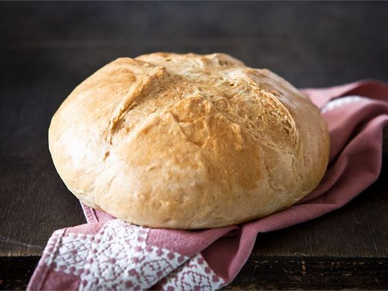 Vaalea leipä ei ole mitään höttöä itsetehtynä. Italialaisen ohjeen mukaan huolellisesti vaivattu taikina kohoaa ihanaksi tuoksuvaksi leiväksi. Nauti voin ja juuston kera, tai sellaisenaan pataruokien ja keittojen lisukkeena. #leivonta #resepti .