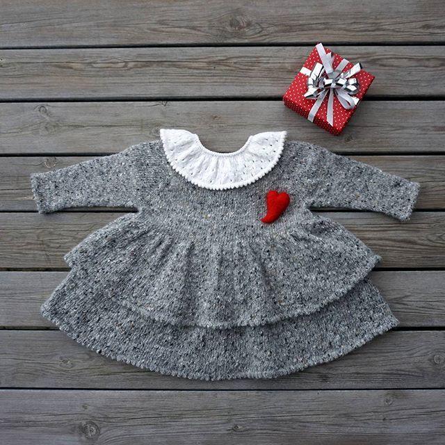 🎄 We are in love with the grey woollen winter dress styled with the white baby collar 🎁  #outfit #woolyarn #christmasknit #babydress in #winteryarn #babycollar #🎁 #woolknit #igknitters #instaknit #knitstagram #julestrikk #julestemning #jentestrikk #barnestrikk #vinterstrikk #strikkeglede #petitebabycollar #petitesilkdress #petitesomething
