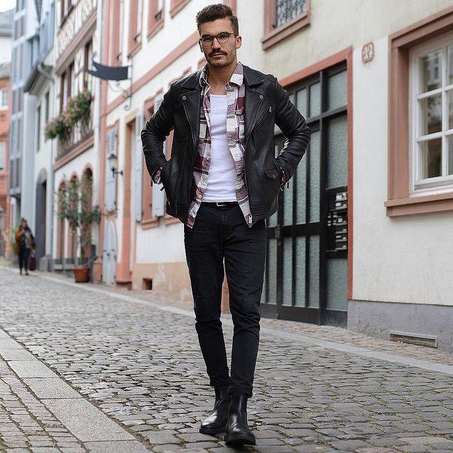黒ダブルライダース×エンジ・白チェックシャツ×白タンクトップ×黒スキニーパンツ×黒サイドゴアブーツ | メンズファッションスナップ フリーク | 着こなしNo:181769