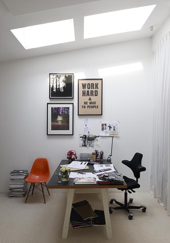 LO STUDIO IN CASA La stanza adibita a studio prende luce dall'alto. Essenziale nel disordine visivo: tavolo 'fai da te' con la sedia ergonomica da ufficio di HÅG.