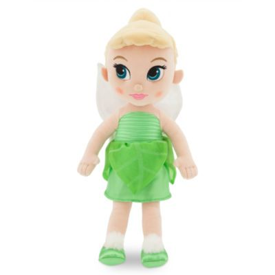 Apportez une touche de magie chez vous avec notre adorable poupée en peluche Fée Clochette. Réinventée dans le cadre de la collection Disney Animators, la malicieuse fée porte une robe en satin avec des détails pailletés et des ailes scintillantes !