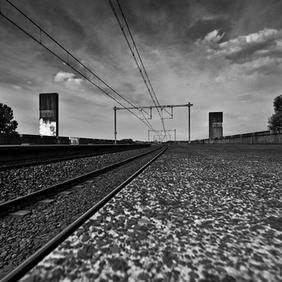 In de compositie is gebruik gemaakt van lijnperspectief. Er is een verdwijnpunt waar het treinspoor naartoe loopt. Dat laat het lijken of er geen einde aan het treinspoor komt. Ook is er gebruik gemaakt van afsnijding wat ruimte creeërt in de foto.
