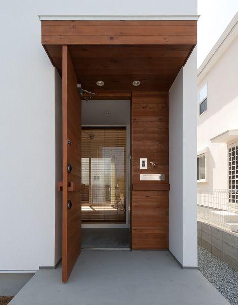 玄関回り全てを木製でまとめるのもアリ。土間のコンクリートも効いてるね