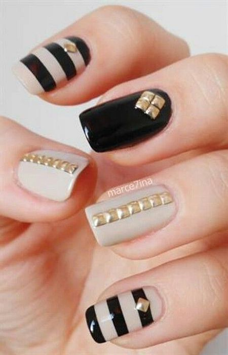 nail polish with gold trinkets and studs | Uñas en beige y negro decoradas con tachuelas doradas