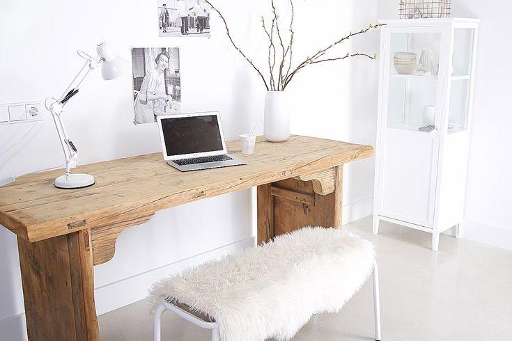 Buro van Hout. Prachtig oude houten tafelblad. Rustiek met noesten | meneervanhout.nl