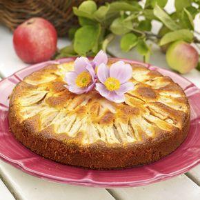Enkel kaka med äpplen och mandelmassa. Ät den som den är eller tillsammans med lite vaniljsås.