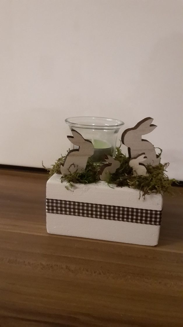Wunderschöne Osterdeko!  Holz-Hasen Familie mit Teelichthalter/Windlicht aus Glas im Gras auf Holzstamm!  Verziert mit schöner braun/weiß kariertem Schleifenband.  Verkauf incl....
