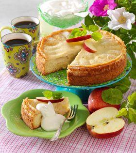 Server en lækker æblekage med lidt flødeskum eller cremefraiche