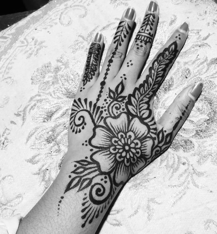 There are so many super talented henna artists on instagram that inspire me to explore different styles and develop my own skills! This one's inspired by @mehndikajoeyhenna and her bold leafy designs . #henna #hennatattoo #hennapro #hennaartist #handtattoo #bodyart
