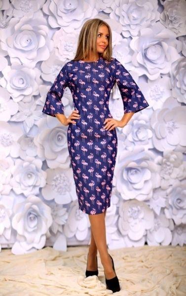 Джинсовое женское платье-футляр с широкими рукавами принт розовые фламинго