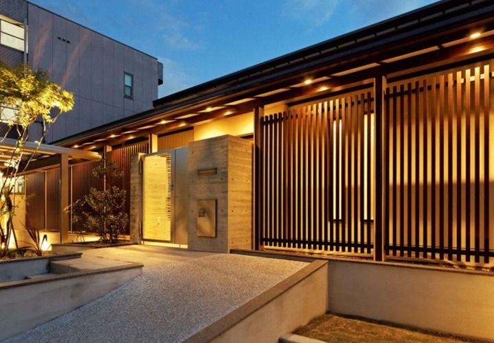 風が通る連格子とコンクリートとガラス門扉