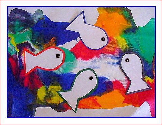 Un fond marin très coloré pour de jolis poissons blancs. Peinture, pochette transparente posée dessus et rouleau à pâtisserie. Roulez, roulez !