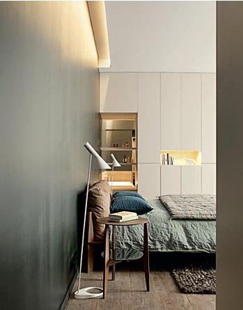Linge de lit en lin gris-bleu et lampes design.