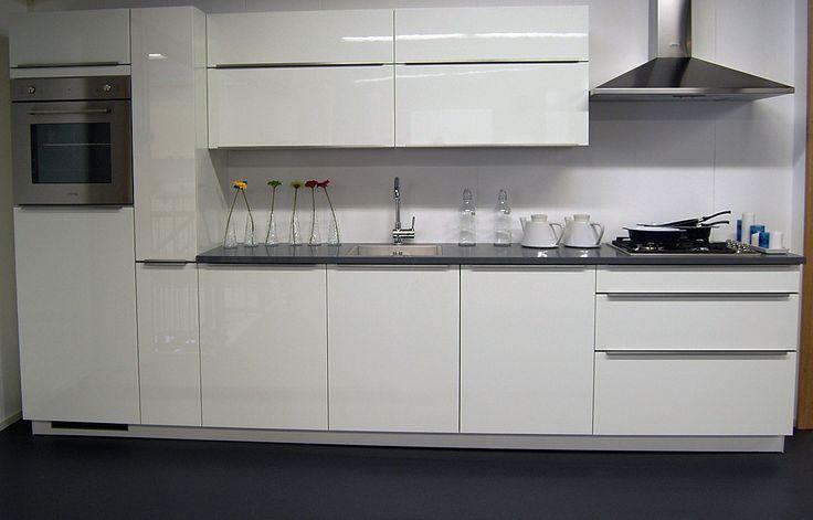 Complete keuken inclusief koeler, oven, vaatwasser, gaskookplaat, wandschouw afzuiger, keuken mengkraan en spoelbak. Mogelijk in uw gewenste opstelling, afmeting en kleur!