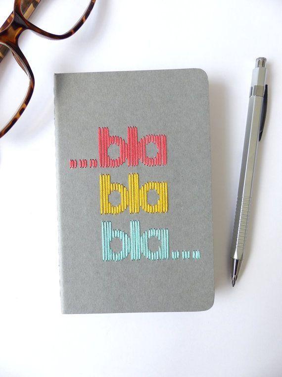 Carnet Moleskine brodé main typographie bla bla bla tricolore par © Les Fils Rouges - Tous droits réservés - All rights reserved
