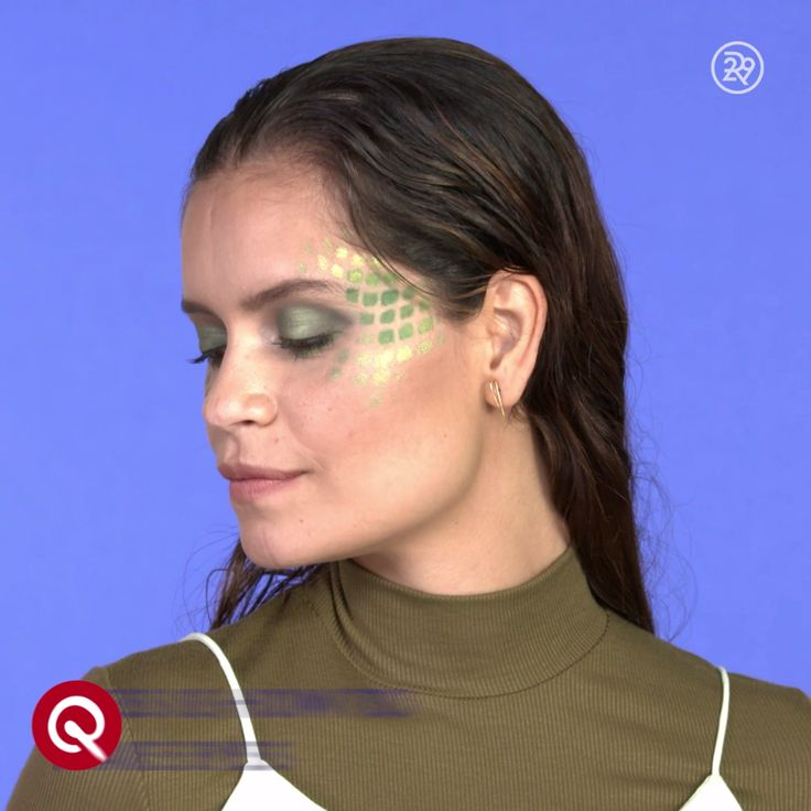 - Put fence net pantyhose over head - With a flat brush, paint green pigment powder on face (symetrically around temples on both sides of face), creating a few scales - Add a shimmery yellow pigment on brush and paint more scales around temples and upper cheek bones - Remove pantyhose Tip: Use a similar shimmery shade of eyeshadow for a complete look