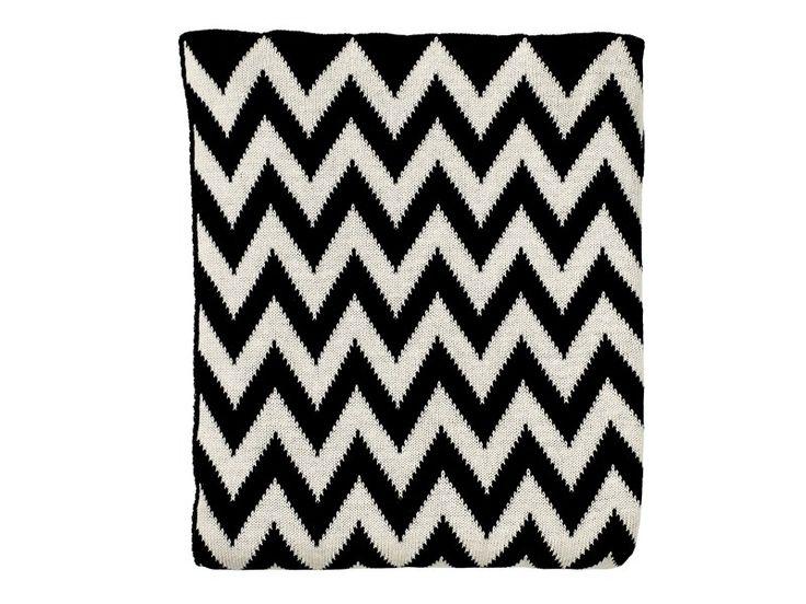 Nydelig og herlig strikket pledd i chevron mønster - svart og hvitt.  130 x 170 cm 100 % bomull