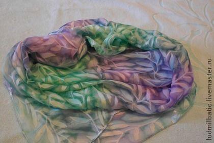 Листья. Большой, красивый и стильный платок из атласа с интересным рисунком. Нежные, теплые цвета, плавно перетекающий  один в другой. Платок идеально подойдет к любому стилю одежды. Станет отличным подарком для ваших близких и друзей!