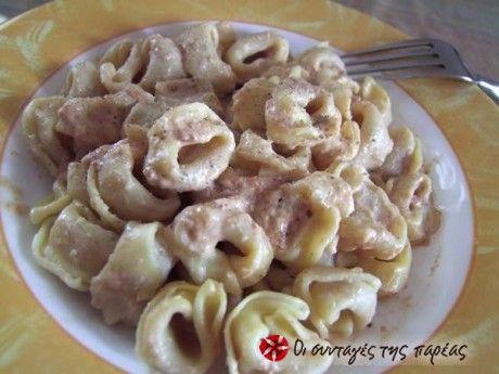 Οι περισσότεροι από εσάς έχετε δοκιμάσει τα γαριδάκια δρακουλινια. Σας δίνω την συνταγή για μακαρόνια με αυτήν την πικάντικη γεύση. Δείτε ακόμη:θεϊκή σάλτσα για μακαρόνια με λουκάνικο και μουστάρδα Τι χρειαζόμαστε: 1 συσκευασία τορτελίνι 200 ml κρέμα γάλακτος 1 κύβος