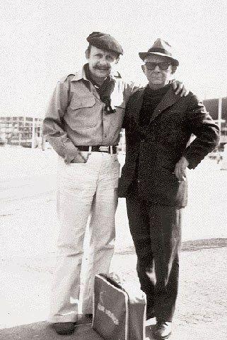 Nikos Kavvadias with Elias Papadimitrakopoulos - Ο Νίκος Καββαδίας (δεξιά) στην αποβάθρα με τον Ηλία Παπαδημητρακόπουλο (Πηγή: «Καθημερινή» 1999)