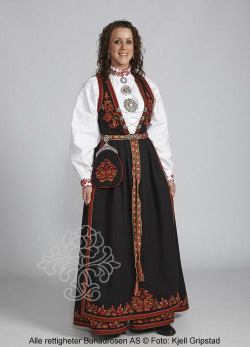 Sort Vest-Telemarksbunad, skjorte med farget broderi.
