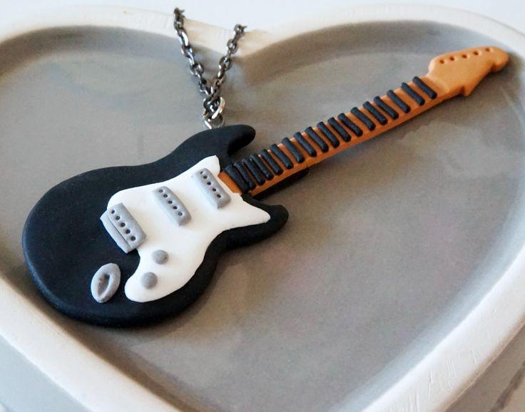 Collier Guitare électrique rock noir et blanche - Fimo : Collier par crea-melie
